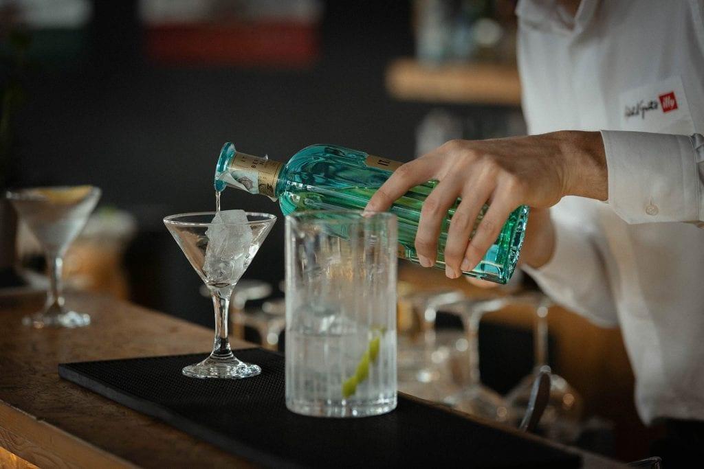 Martini Day - Bartender realizza lo Special Open Martini